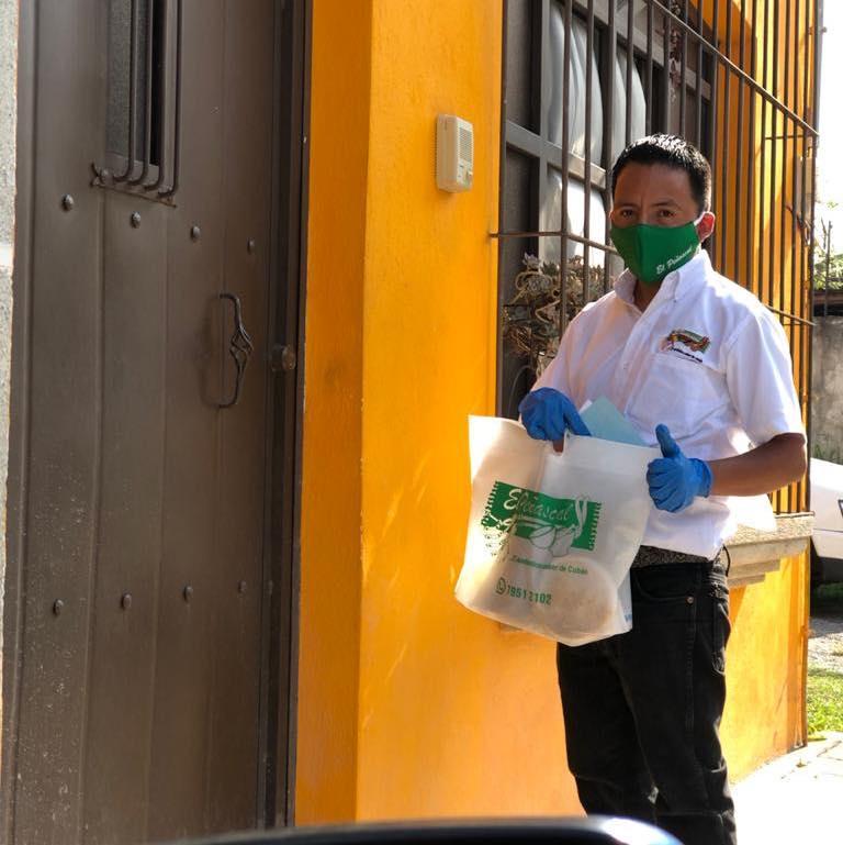 En El Peñascal, los meseros se convirtieron en repartidores para brindar alimento a los cobaneros imagen