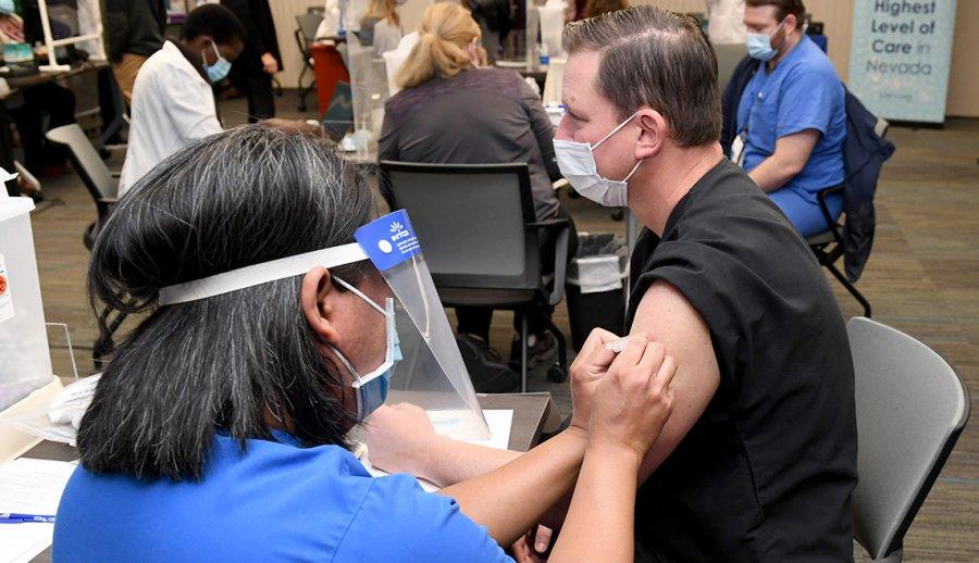 Extranjeros buscan recibir vacuna de Covid, en Estados Unidos imagen