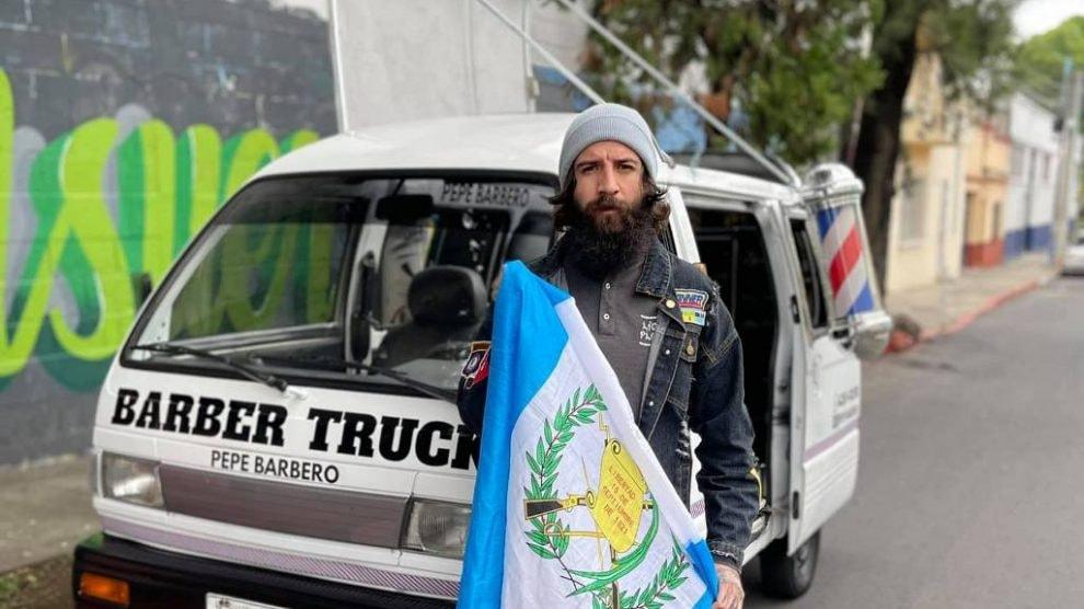 Pepe Barbero construyó un Barber Truck para brindar un momento de felicidad a los guatemaltecos imagen