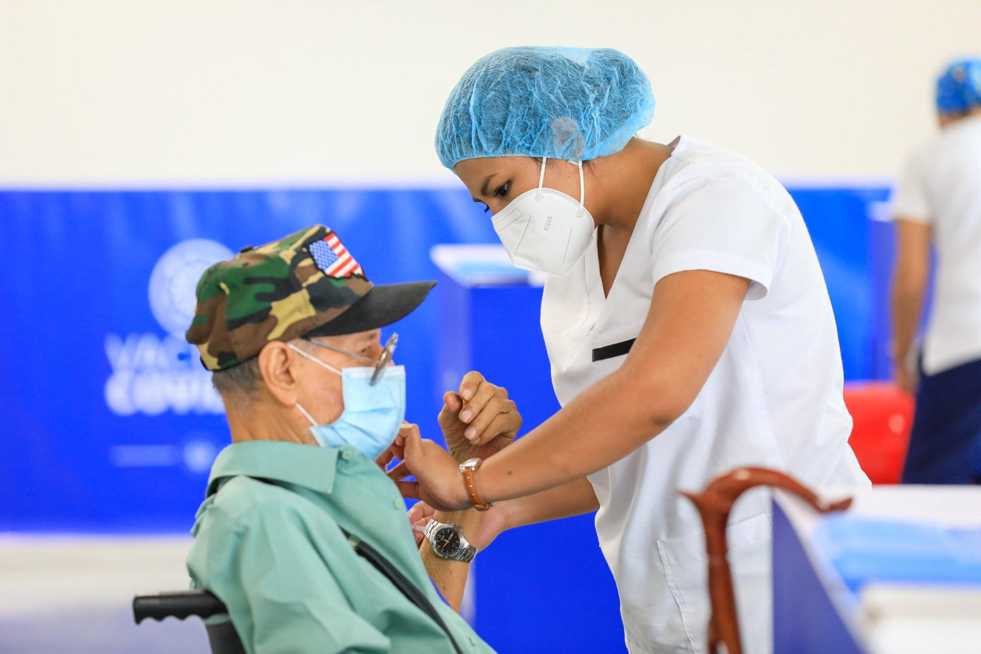 Vacunación para mayores de 35 años inicia en El Salvador imagen