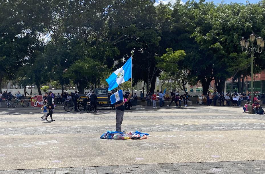 El presidente calla las protestas de los meseros con hambre imagen