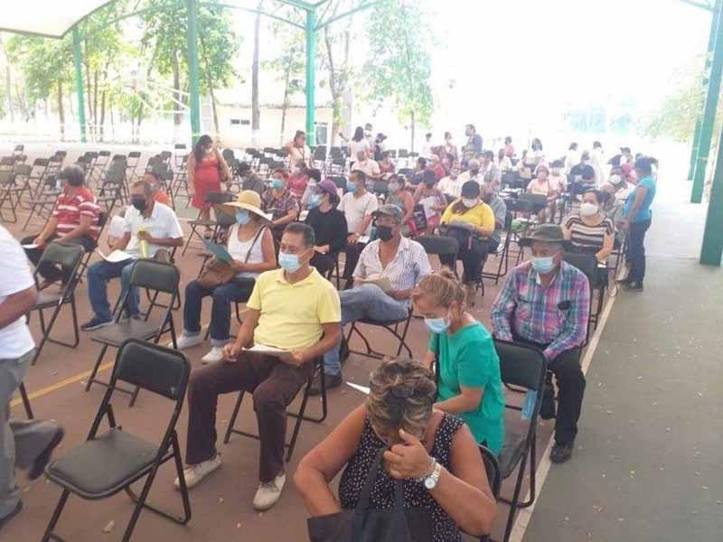 Asaltos, horas de espera, golpe de calor, todo para poder vacunarse en Tapachula imagen