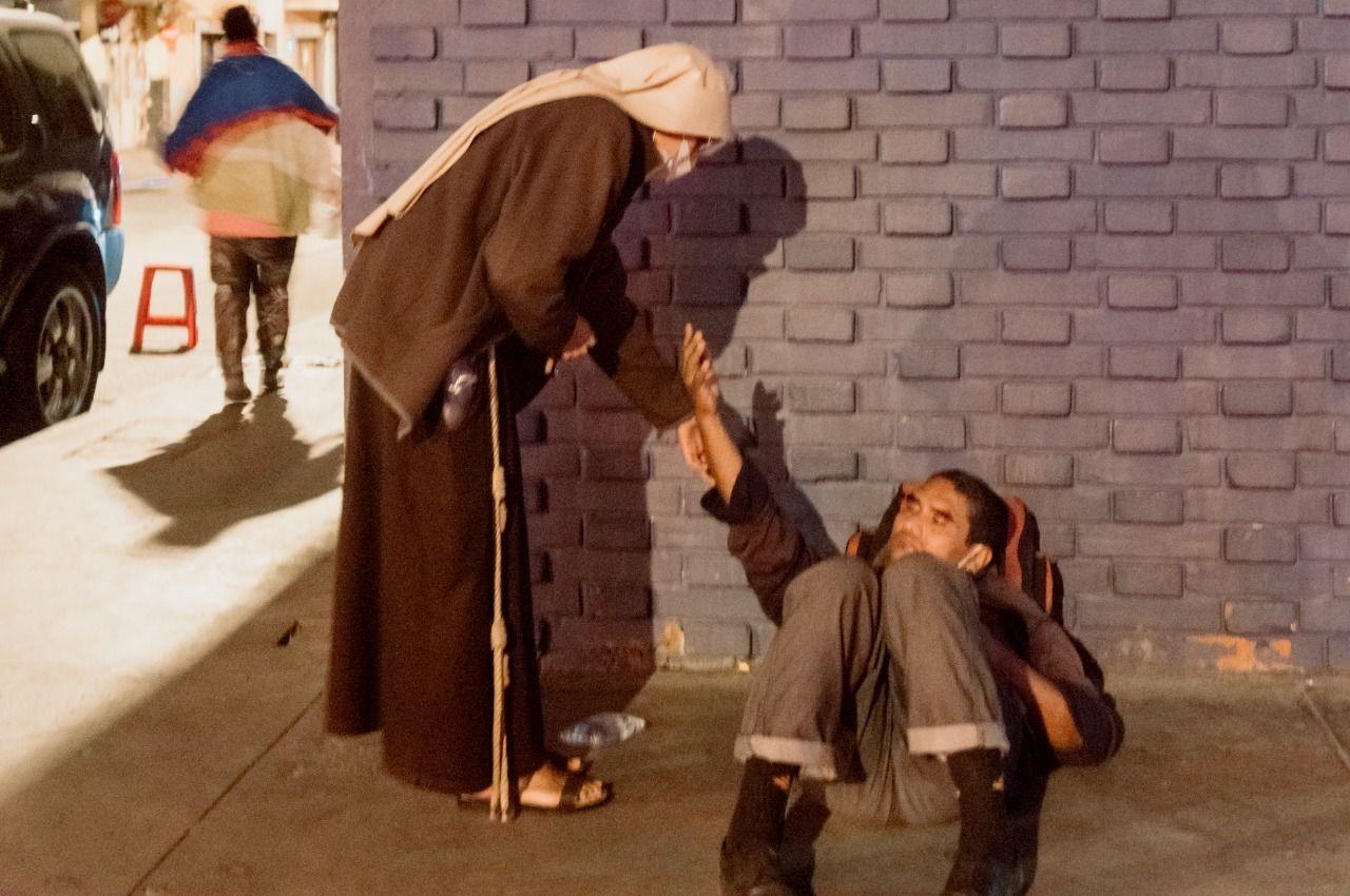 En las calles de la miseria, la drogadicción y el alcoholismo aparece la mano amiga imagen