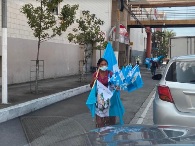 Venta de banderas, la única forma de llevar comida a casa imagen