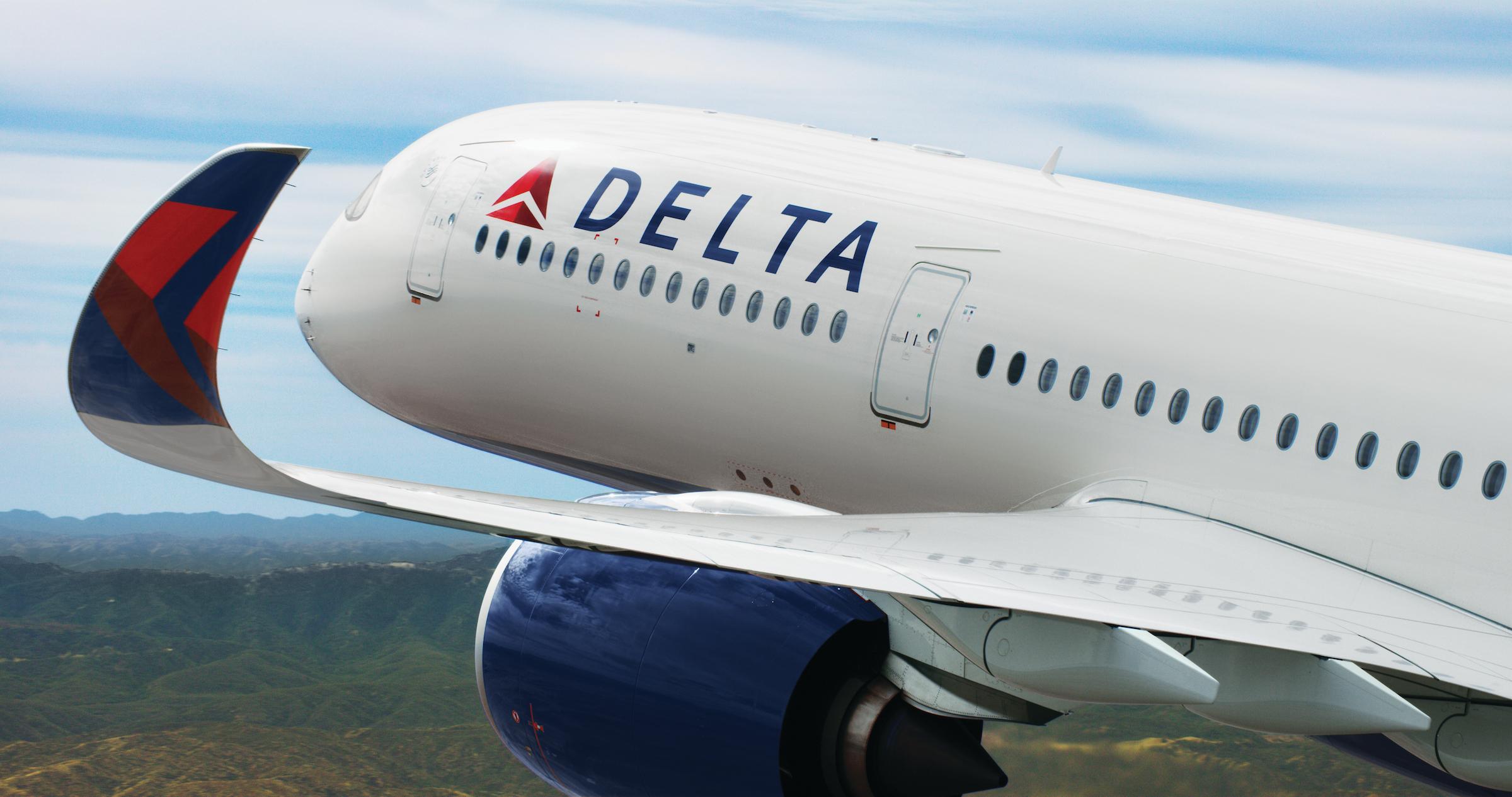 En Delta Airlines anuncia sanción de 200 dólares para empleados sin vacuna del COVID-19 imagen