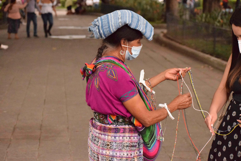 Viven de vender sus artesanías, pero son perseguidos por la Policía Municipal imagen
